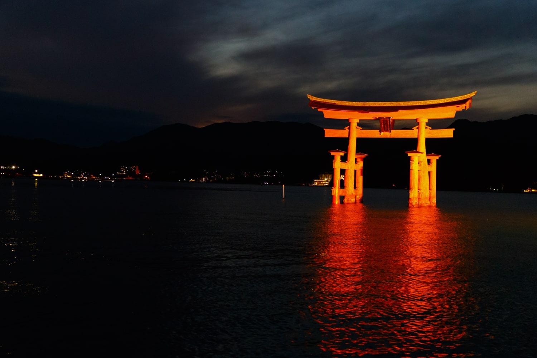 宮島で体験したい5つのこと。夕焼けの厳島神社を眺めよう。